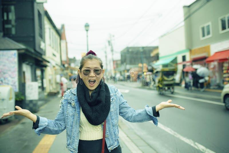 Emoção asiática da felicidade da mulher que viaja no hok da rua da cidade de otaru imagens de stock royalty free
