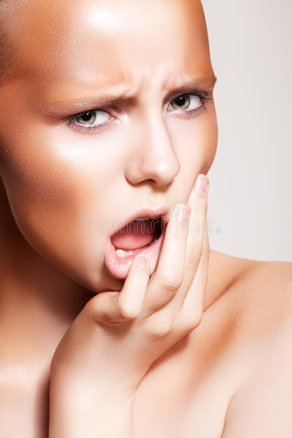 Emoção da forma. Composição da face & do bronze da mulher do olhar severo fotos de stock royalty free