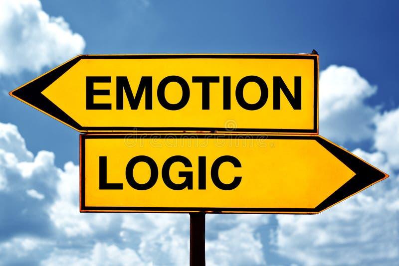 Emoção ou lógica, oposto aos sinais imagens de stock