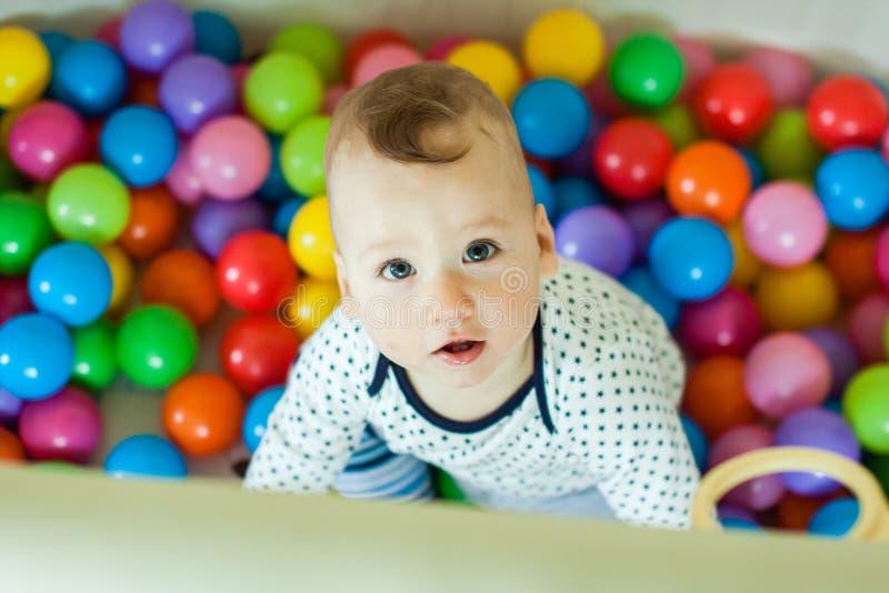 Emoções do ` s das crianças Bebê feliz que joga com bolas foto de stock royalty free