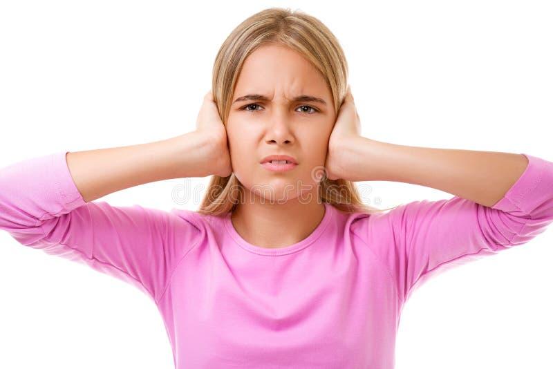 Emoções, expressões, conceito dos povos Moça que guarda as mãos a suas orelhas Isolado imagem de stock royalty free