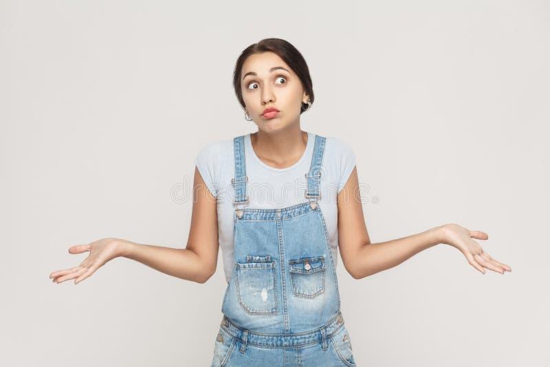 Emoções humanas negativas, expressões faciais Adul novo confundido imagens de stock