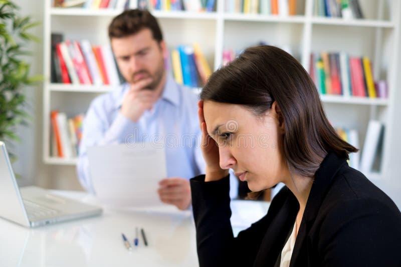 Emoções negativas durante a entrevista de trabalho má foto de stock royalty free