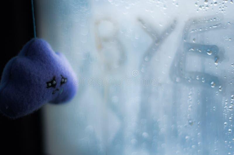 emoções Nuvens caseiros e inscrição do brinquedo no vidro suado foto de stock