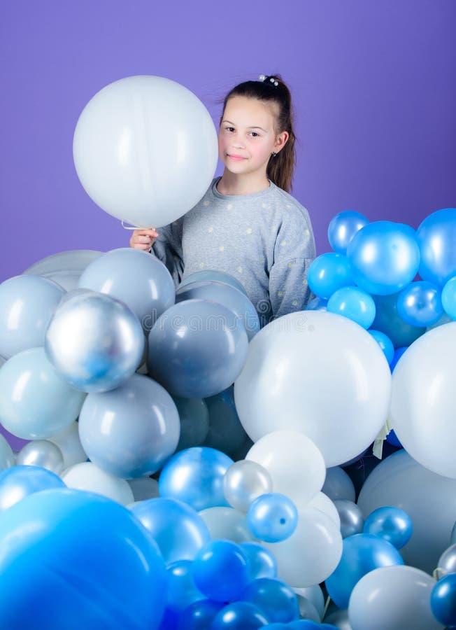 Emoções positivas da felicidade Obcecado com balões de ar Tendo o divertimento Partido do tema dos balões Jogo da menina com balõ foto de stock royalty free