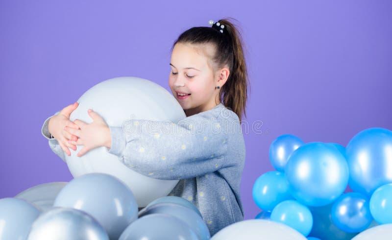 Emoções positivas da felicidade Tendo o divertimento Partido do tema dos balões Jogo da menina com balões de ar Festa de anos Cri foto de stock royalty free