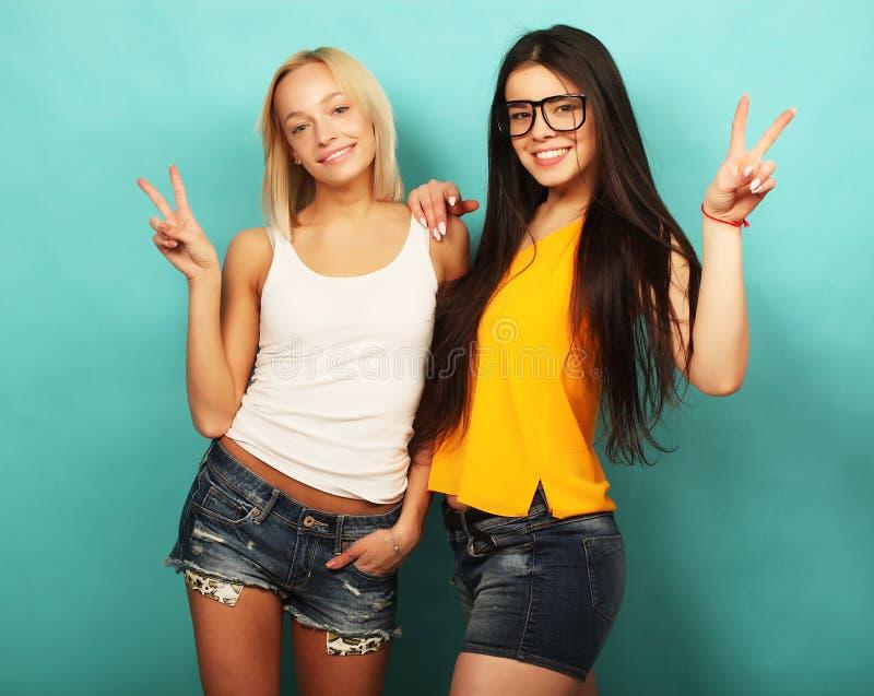 Emoções, povos, adolescentes e conceito da amizade - jovem adolescente dois imagens de stock