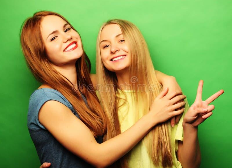 Emoções, povos, adolescentes e conceito da amizade - jovem adolescente dois fotografia de stock
