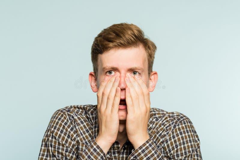 Emoción abierta de la boca del hombre increíble del choque de Omg fotografía de archivo