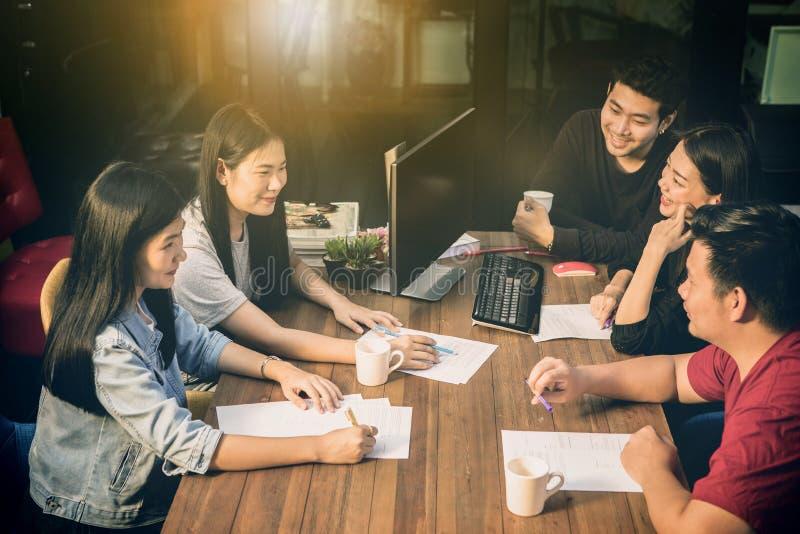 Emoción acertada de la felicidad del trabajo independiente más joven asiático del trabajo en equipo imagenes de archivo