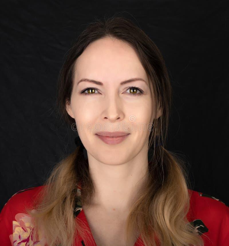 Emoción Cara de mujer cerrada con expresiones faciales sobre fondo negro fotografía de archivo libre de regalías