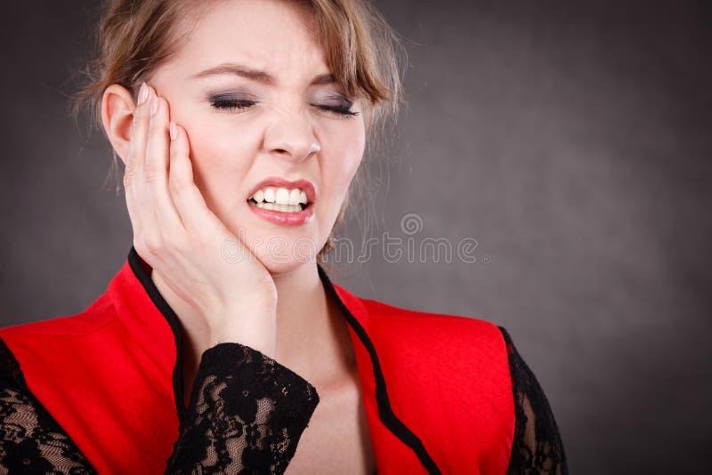 Emoción negativa Mujer que tiene dolor del diente imagen de archivo libre de regalías