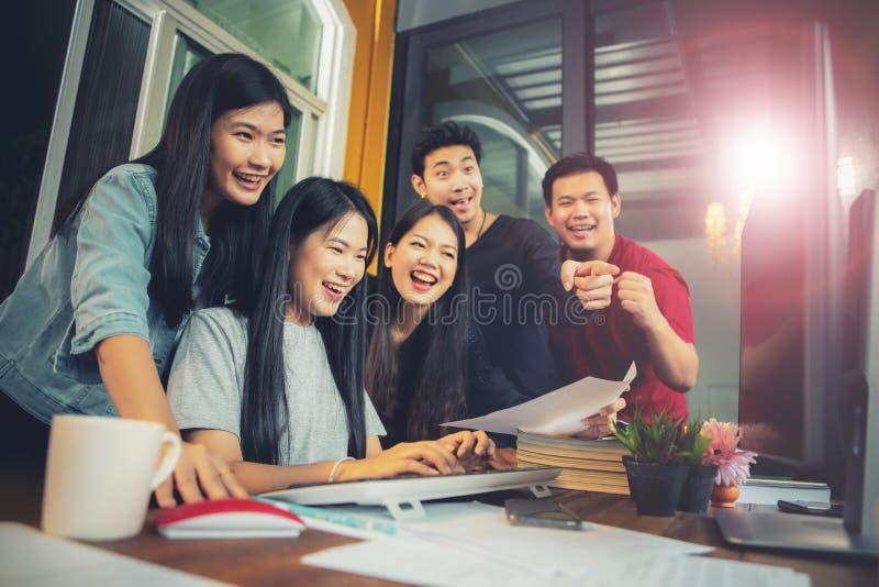 Emoci?n acertada de la felicidad del trabajo independiente m?s joven asi?tico del trabajo en equipo fotografía de archivo