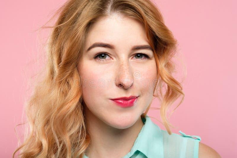 Emoci twarzy podejrzana nieufna skeptic kobieta zdjęcia royalty free