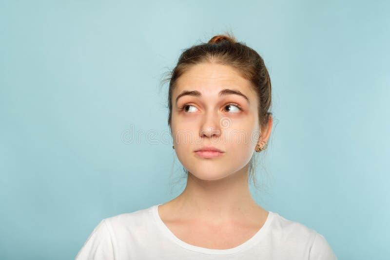 Emoci twarzy wątpliwa dwuznaczna rozważna kobieta zdjęcie stock