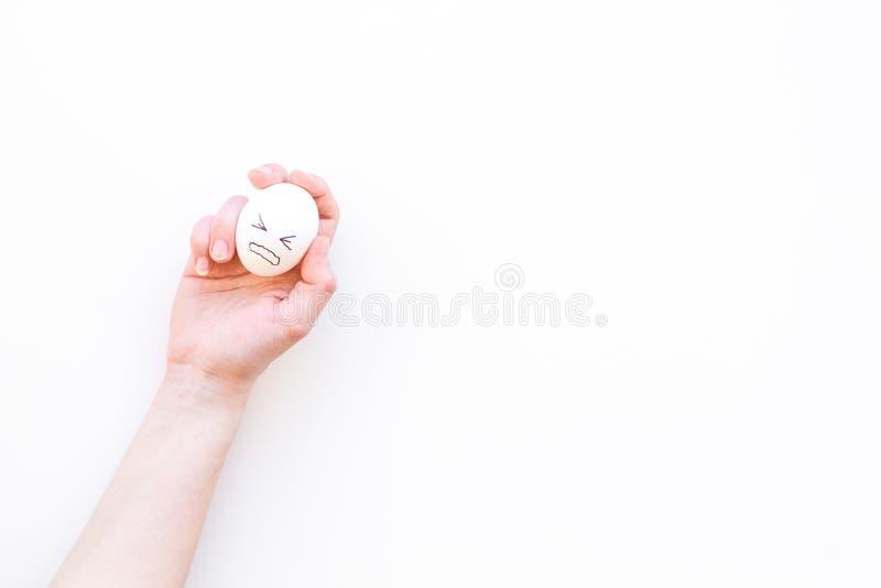Emoci zarządzania pojęcie Stłumienie złości Gniewna twarz rysująca na jajku Biała tło odgórnego widoku kopii przestrzeń obrazy stock