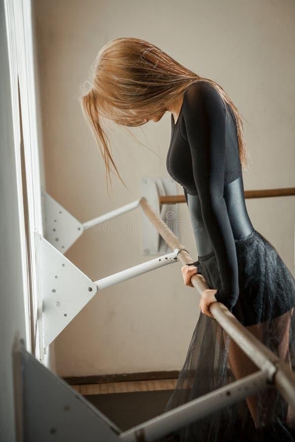 Emociones de un bailarín de ballet en la barra del ballet fotos de archivo