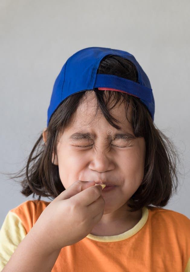 Emociones del amargo en la cara de la muchacha foto de archivo libre de regalías