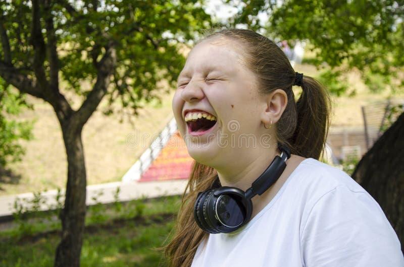 Emociones explosivas de la muchacha adolescente ?rbol en campo fotos de archivo