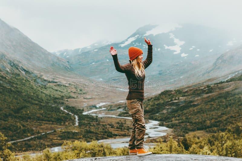 Emociones felices al aire libre que caminan de la mujer imagen de archivo libre de regalías