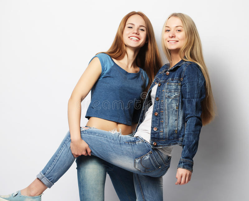 Emociones, gente, adolescencias y concepto de la amistad - p sonriente feliz fotos de archivo