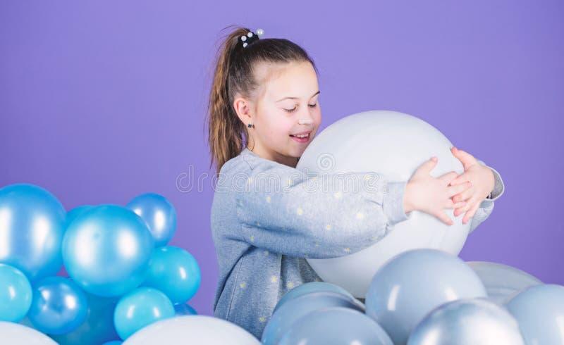 Emociones positivas de la felicidad Padre y ni?o que juegan junto Partido del tema de los globos Juego de la muchacha con los bal foto de archivo libre de regalías