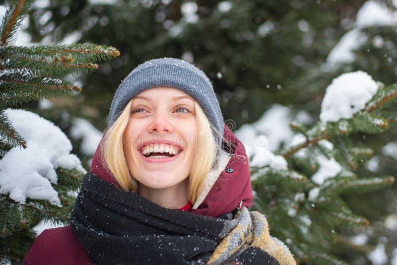 Emociones sinceras Fondo nevoso sonriente de la naturaleza del invierno del pelo rubio de la mujer La Navidad y A?o Nuevo Muchach fotos de archivo libres de regalías