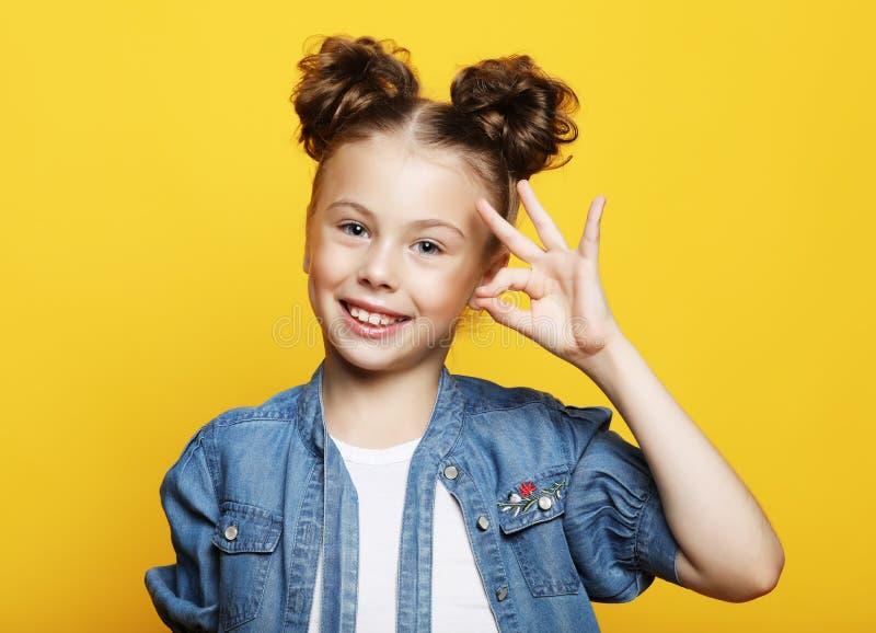 Emocja, dzieciństwo i ludzie pojęć: mała dziewczynka pokazuje ok gest fotografia stock