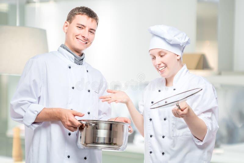 Emocje kucharzi, portret z zupnym garnkiem na tle zdjęcia royalty free