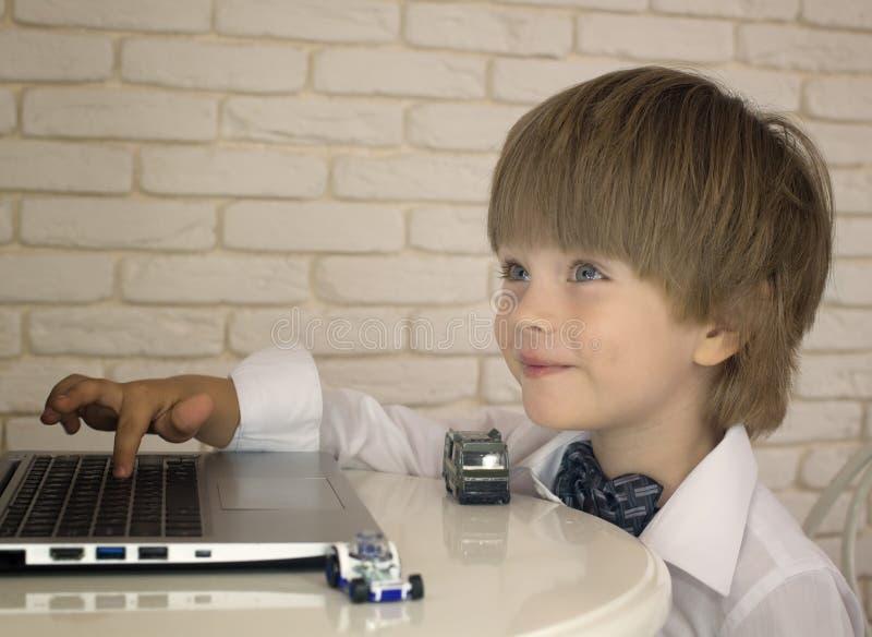 Emocjonalna chłopiec używa laptop fotografia royalty free