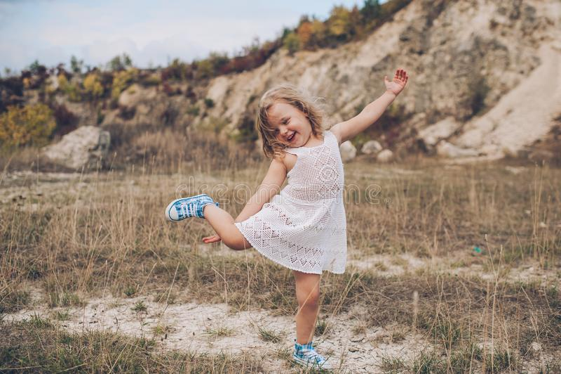 Emocjonalna dziecko dziewczyna outdoors obraz stock