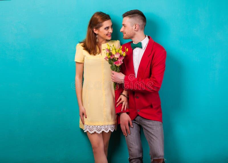 Emocjonalna mody para daje innych kwiaty na walentynki ` s each zdjęcia royalty free