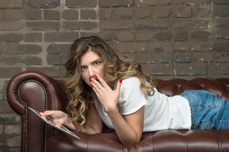 Emocjonalna szokująca dziewczyny emocji wyrazu twarzy Ludzka młoda kobieta zdjęcia royalty free
