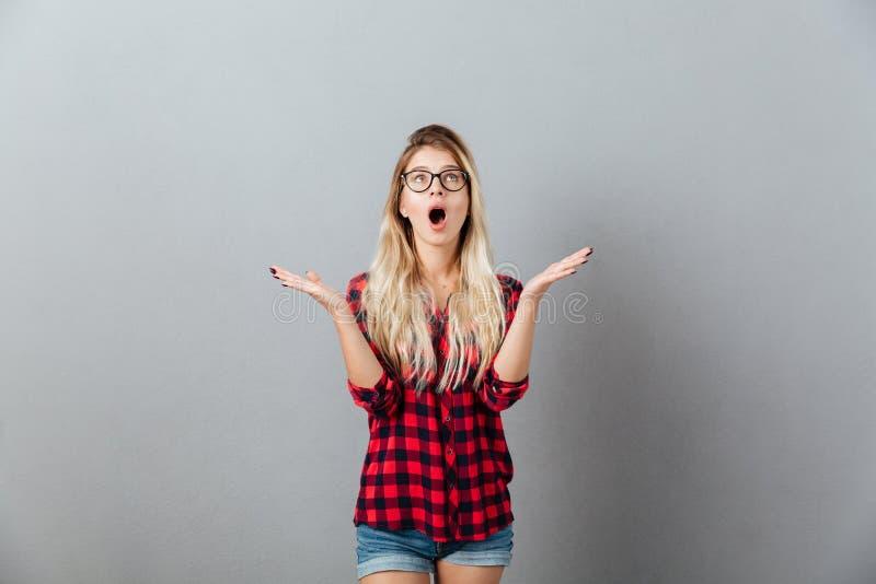 Emocjonalna zdziwiona młoda blondynki kobieta patrzeje copyspace zdjęcie royalty free