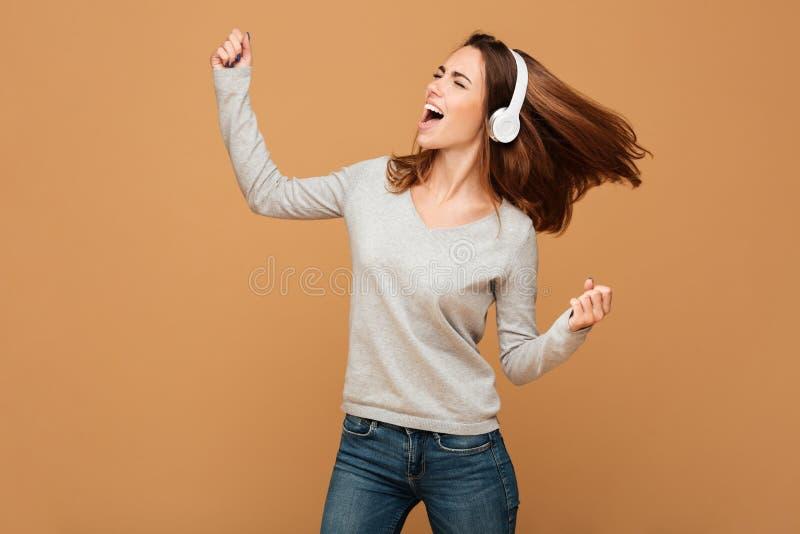 Emocjonalnej caucasian damy dancingowa słuchająca muzyka zdjęcie royalty free