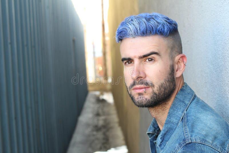 Emocjonalnej wspaniałej miastowej błękitnej włosianej dyskoteki mody punkowy styl fotografia royalty free