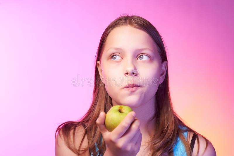 Emocjonalny śmieszny nastoletni dziewczyny łasowania jabłko obrazy royalty free