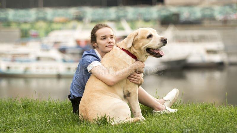 Emocjonalny czarny i biały portret smutna osamotniona dziewczyna ściska jej psa fotografia stock