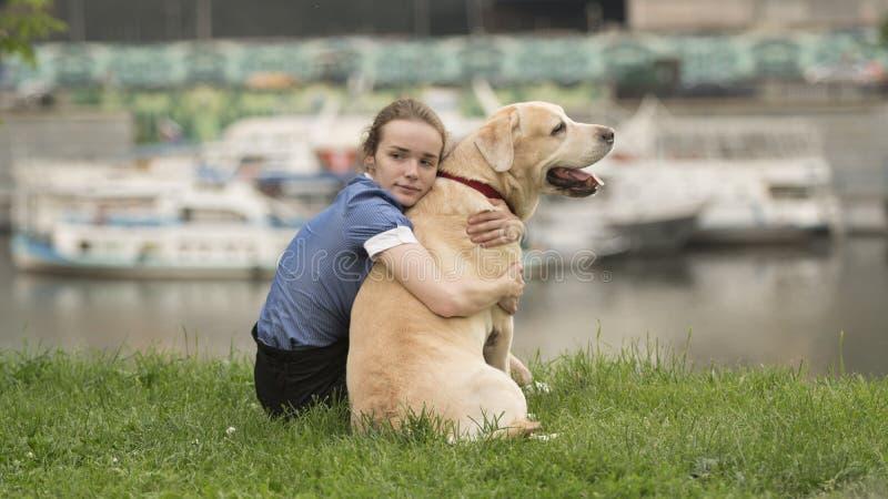 Emocjonalny czarny i biały portret smutna osamotniona dziewczyna ściska jej psa fotografia royalty free