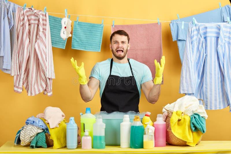 Emocjonalny gniewny mężczyzna stoi za stołem z nastroszonymi rękami, nienawiści pralnia obrazy stock