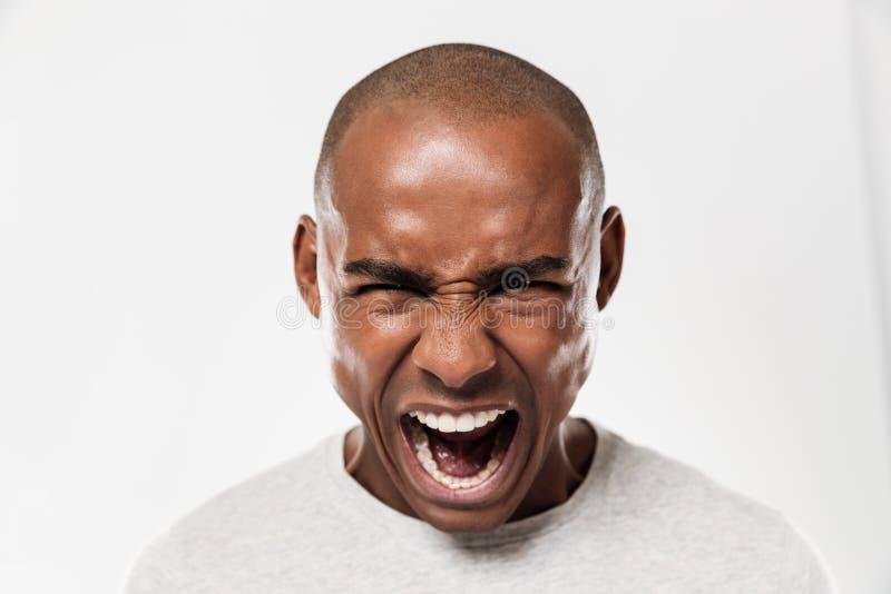 Emocjonalny krzyczący młody afrykański mężczyzna obrazy stock