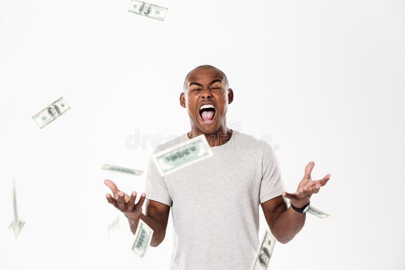 Emocjonalny krzyczący młody afrykański mężczyzna z pieniądze zdjęcia royalty free
