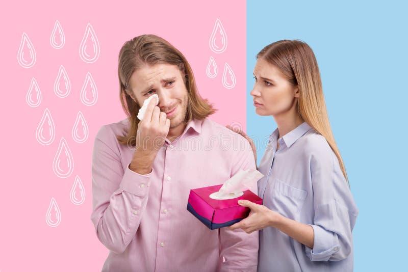 Emocjonalny mężczyzna płacz i jego miła żona wspiera on zdjęcia stock