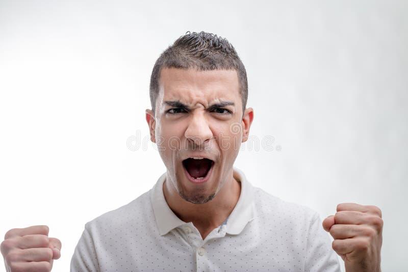 Emocjonalny mężczyzna wrzeszczy jego pięści i zaciska zdjęcia royalty free