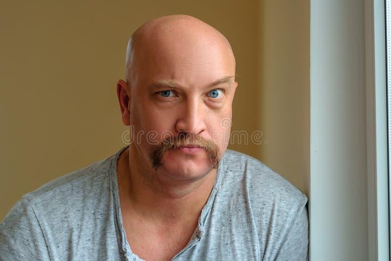 Emocjonalny mężczyzna z wąsy różnymi wyrazami twarzy na twarzy fotografia royalty free