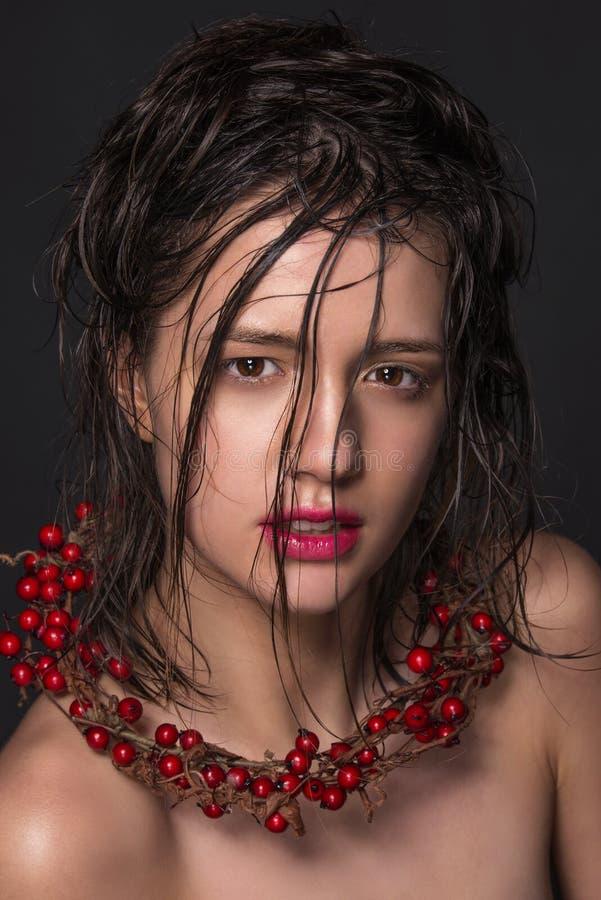 Emocjonalny moda portret piękne kobiety z jaskrawym makeup Mokry włosy na jej twarzy pracowniana fotografia na czarnym tle obrazy stock