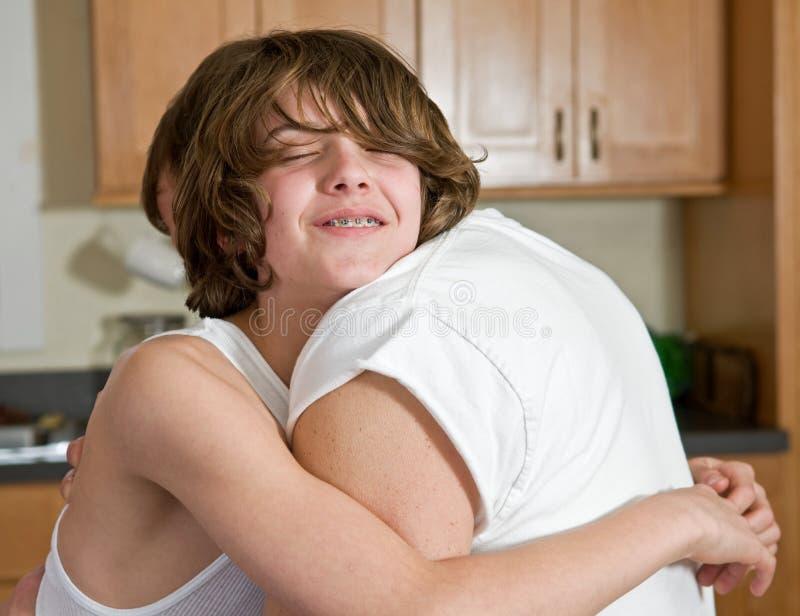 emocjonalny ojca uściśnięcia syn zdjęcie royalty free
