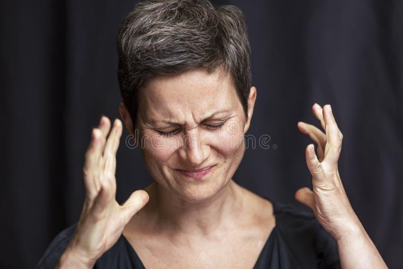 Emocjonalny portret dorosła kobieta z krótkim włosy i zamykającymi oczami Zako?czenie Czarny t?o obrazy stock