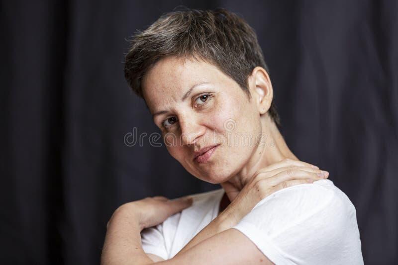 Emocjonalny portret dorosła kobieta z krótkim włosy Zako?czenie Czarny t?o fotografia stock