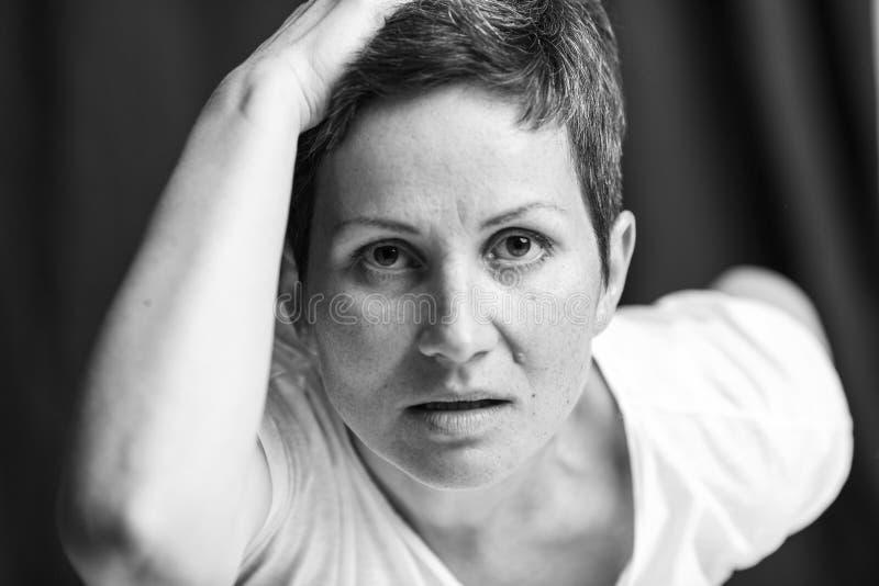 Emocjonalny portret dorosła kobieta z krótkim włosy Zako?czenie czarny white zdjęcia royalty free